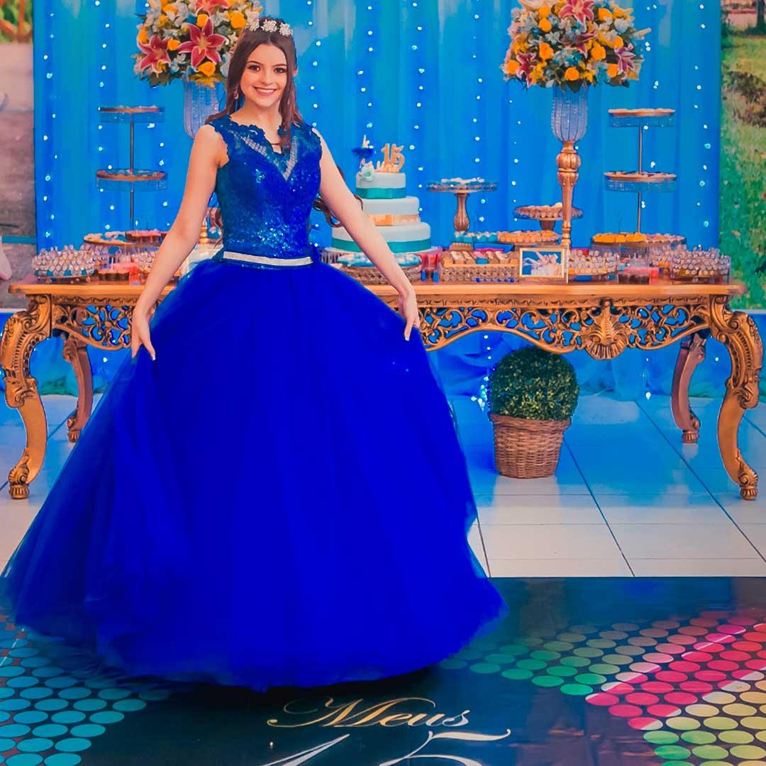 Debutante usando um belissimo vestido azul