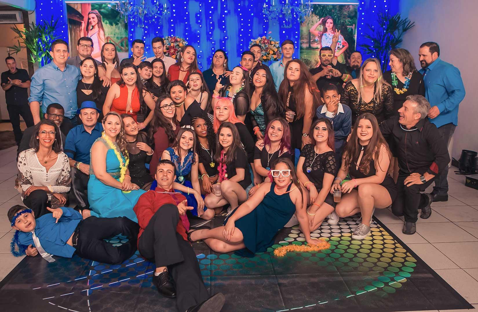 Debutante com convidados reunidos na pista da festa de 15 anos