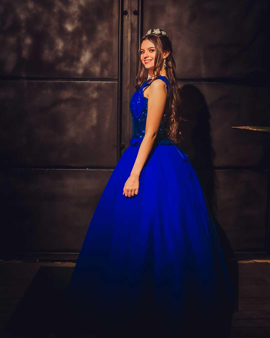 Foto de debutante em portão de Ferro