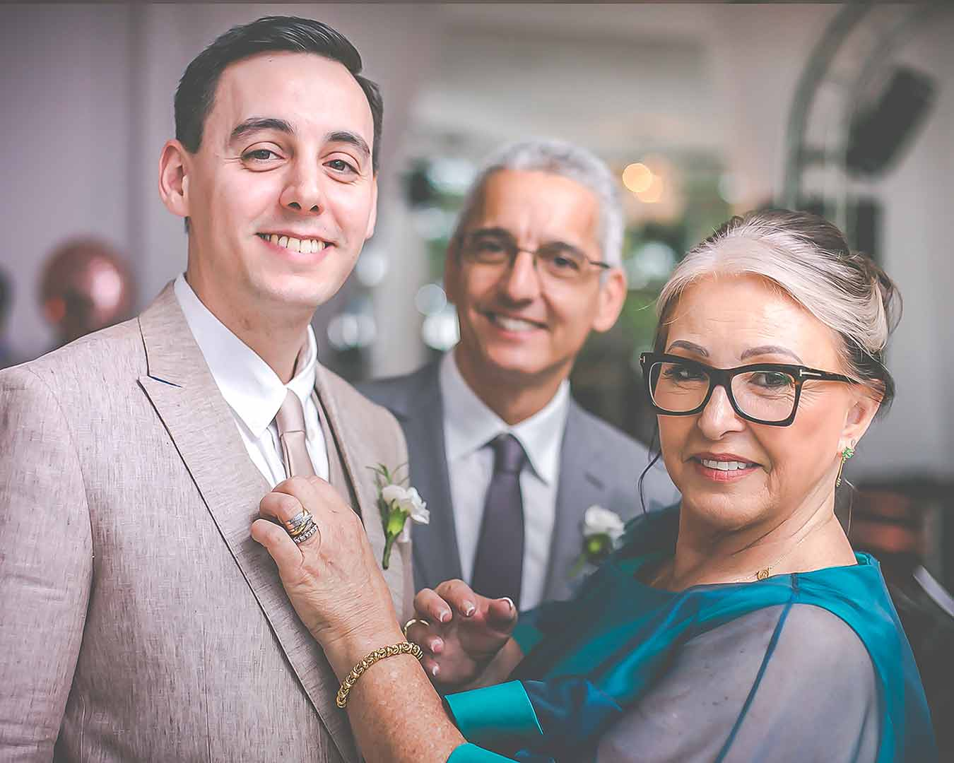 mãe noivo ajeitando a gravata do noivo