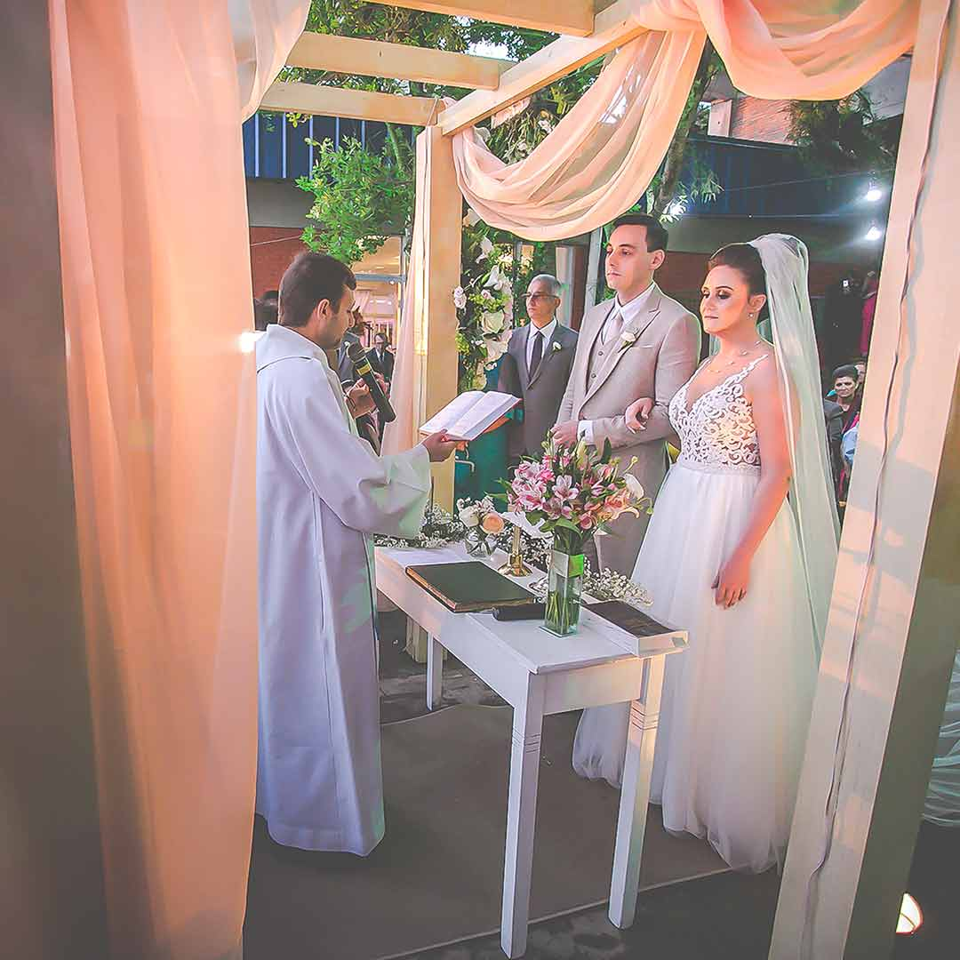 noivos no altar em casamento externo porto alegre